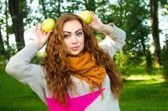 Belle femme rousse avec des pommes, dehors portrait Photos libres de droits