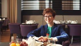Belle femme rousse gaie souriant dans le café clips vidéos