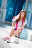 Belle femme rousse posant avec une planche à roulettes Images libres de droits