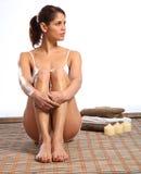 Belle femme sérieuse s'asseyant dans la station thermale de santé Photo stock