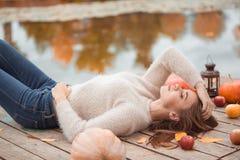 Belle femme s'étendant sur le rivage de lac Photo stock