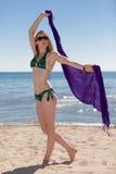 Belle femme s'amusant à la plage la plage Image stock