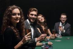 Belle femme s'asseyant à une table dans un casino Photos stock