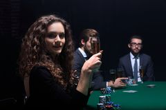 Belle femme s'asseyant à une table dans un casino Photos libres de droits