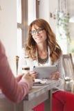 Belle femme s'asseyant dans le café Photo libre de droits