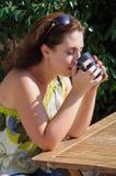 Belle femme s'asseyant dans un café potable de café Photographie stock