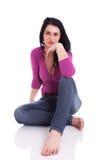 Belle femme, s'asseyant sur l'étage photos libres de droits