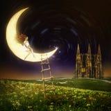 Belle femme s'asseyant sur la lune Photo stock