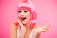 Belle femme s'usant la perruque rose Image libre de droits