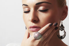 Belle femme. Sable manicure.hairless de bijoux et de Beauty.girl.ornamentation.liquid Photos stock