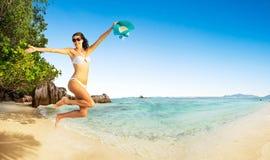 Belle femme sautant par-dessus le fond de plage image libre de droits