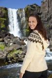 Belle femme scandinave heureuse par une cascade à écriture ligne par ligne photo stock