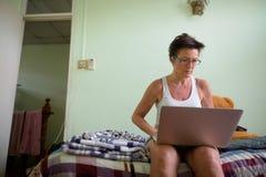 Belle femme scandinave mûre à l'aide de l'ordinateur portable à la maison images libres de droits