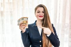 Belle femme se dirigeant à d'euro billets de banque à disposition photo libre de droits