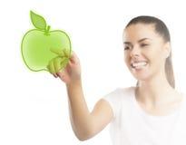 Belle femme se dirigeant à une pomme, choix sain de nourriture Image stock