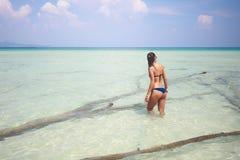 Belle femme se levant sur la plage Photo libre de droits