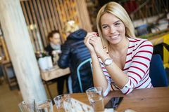 Belle femme se reposant en café Image stock