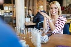 Belle femme se reposant en café Images stock