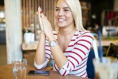 Belle femme se reposant en café Photographie stock