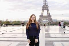 Belle femme se tenant à l'arrière-plan de Tour Eiffel à Paris images stock