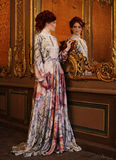 Belle femme se tenant dans la salle de palais avec le miroir Photos stock