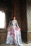 Belle femme se tenant dans le palais Images stock