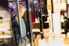 Belle femme se tenant devant l'étalage Photographie stock libre de droits