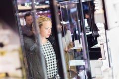 Belle femme se tenant devant l'étalage Photo stock