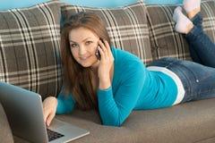 Belle femme se trouvant avec des appels de carnet Photos stock
