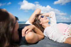 Belle femme se trouvant sur la plage avec rire d'ami Photos libres de droits