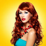 Belle femme sensuelle avec de longs poils rouges Photographie stock libre de droits