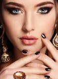 Belle femme sensuelle avec les cheveux foncés et le bijou Images stock