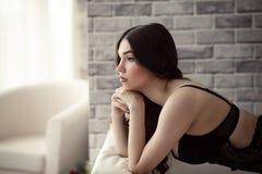 Belle femme sensuelle dans les sous-vêtements réfléchis Images stock