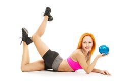 Belle femme sensuelle faisant la forme physique avec la bille Image stock