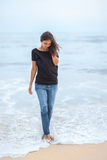 Belle femme seule marchant sur la plage tropicale Photo libre de droits