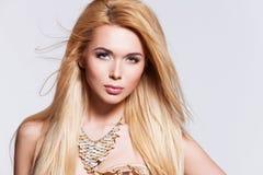 Belle femme sexy avec de longs cheveux blonds Image libre de droits