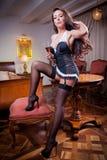 Belle femme sexy avec le verre de vin et de lingerie noire lançant la remise en question Photos stock