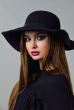 Belle femme sexy avec les lèvres rouges et le chapeau noir Images stock
