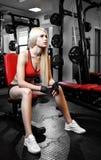 Belle femme sexy avec les muscles abdominaux parfaits au gymnase Photo libre de droits