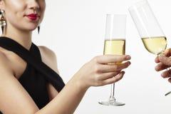 Belle femme sexy célébrant avec des amis, champagne dans des verres Photographie stock