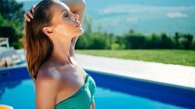 Belle femme sexy dans la piscine image libre de droits
