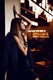 Belle femme sexy de brune de mode dans le restaurant intérieur cher photo stock