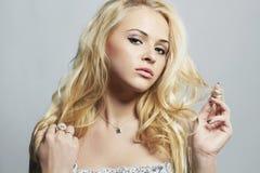 Belle femme sexy Fille blonde de flirt avec les cheveux bouclés Photo libre de droits