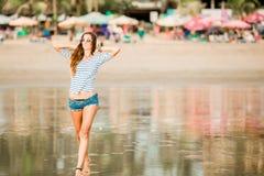 Belle femme sexy heureuse avec la longue marche de jambes image libre de droits