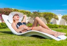 Belle femme sexy près de piscine Image libre de droits