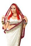 Belle femme sexy rousse dans l'Indien traditionnel Sari Clothing photos libres de droits