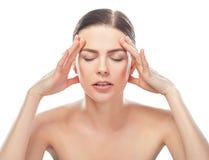 Belle femme soumise à une contrainte ayant le mal de tête image stock