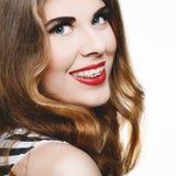 Belle femme souriant avec des accolades Image stock