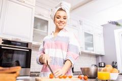 Belle femme souriant dans la cuisine images libres de droits