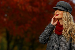 Belle femme souriant en parc d'automne Fond de jardin d'érable rouge regard à la gauche du cadre vers l'espace vide de copie Photos libres de droits